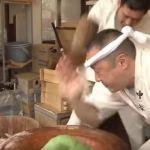 【衝撃映像】高速すぎる餅つきが凄すぎる!やばい!手が・・・
