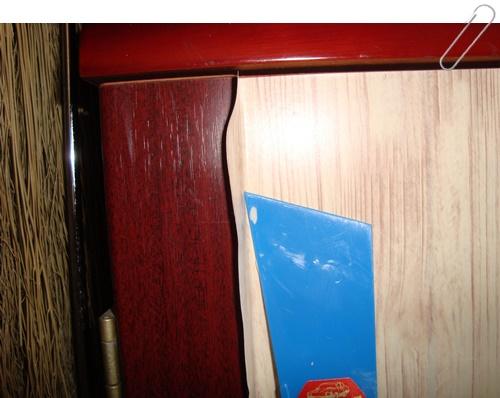 角はへらを使い、きっちり貼り付けます。余分はカッターで切り取ります。