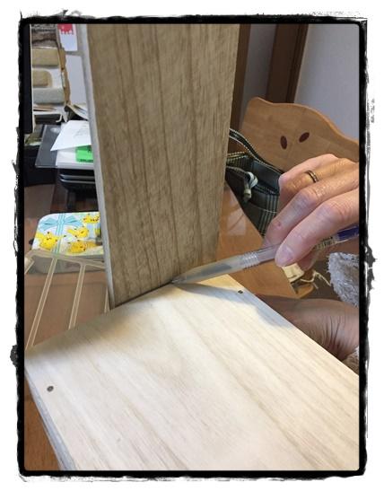 左右の板は直接当てて長さをペンで印付けします。