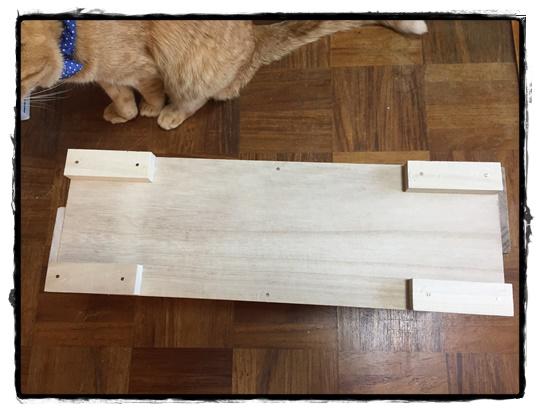 底板にカット済木材4個を付けます。