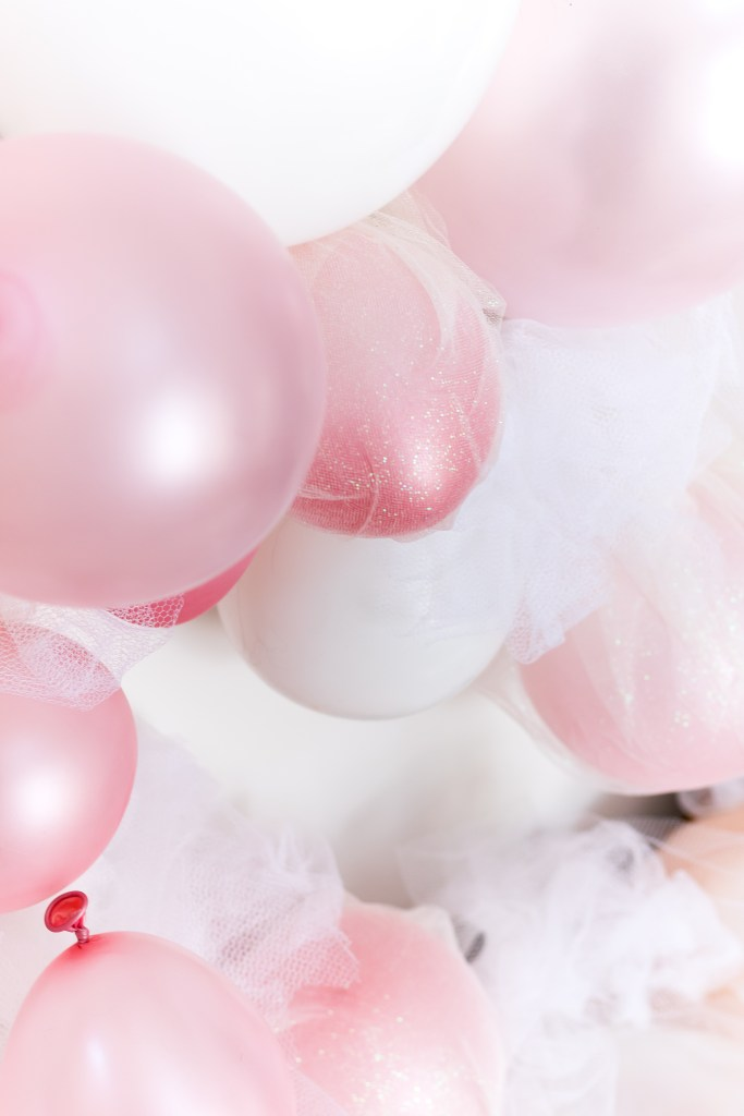 Tulle and balloon heart garland - Valentine's Day bar backdrop