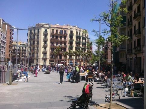 En la plaza Navas se organizó un mercado de intercambio y una paella popular