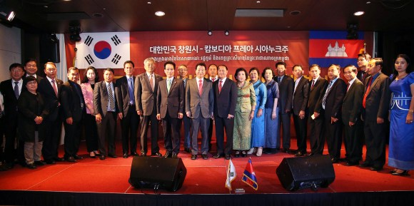 Delegates are taking a commemorative photo after signing the friendly international cooperation city agreement