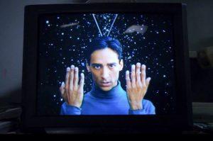 abed est déguisé en martien et nous regarde avec intensité pour nous hypnotiser :oui, OK, c'est chelou, mais c'est une série geek faut pas chercher