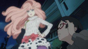 Style manga: une magnifique jeune femme aux cheveux roses se dresse devant une pauvre petite otaku à lunettes qui est tombée à genoux. Kurako!!
