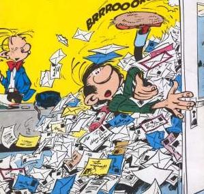 gaston se fait ensevelir de paperasses car il a ouvert la porte de son placard. Fantasio le regarde d'un air même pas énervé…