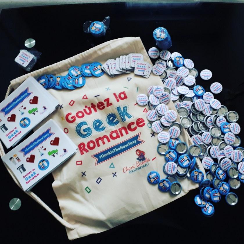 un sac à dos, des badges et des magnets: goûtez la geek romance