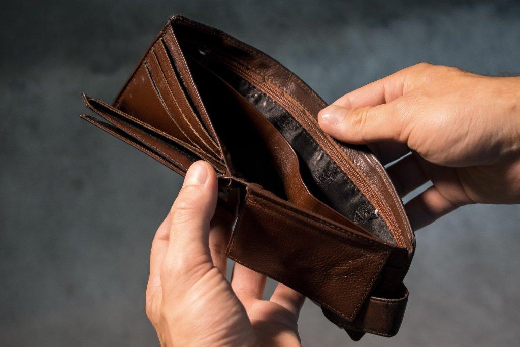財布が空に