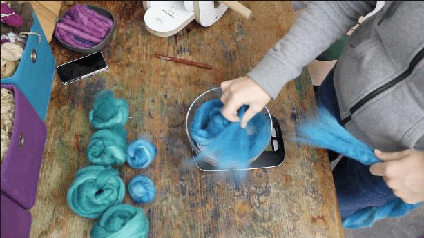 Mit einer Küchenwaage kann man die entsprechenden Mengen der einzelnen Farben für den Verlauf abwiegen.