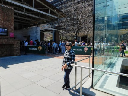 国家独立广场的排队人群,看独立广场博物馆。