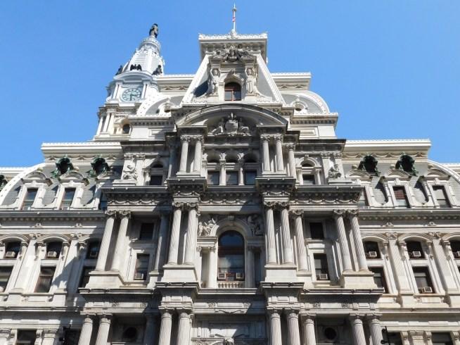 市政厅外的历史性楼房。