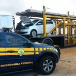 PRF flagra caminhão cegonha transportando veículo roubado para Salvado