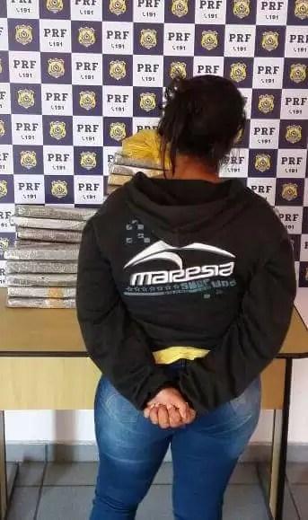 Mulher é presa pela PRF em Seabra ao transportar 35 kg de drogas em ônibus