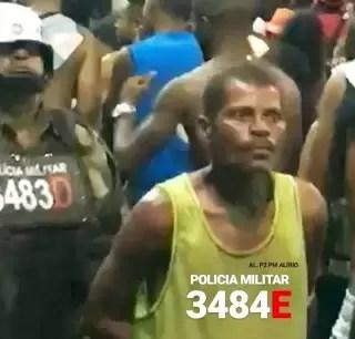 Homem aparece 'liderando' fila de policiais no Carnaval e vídeo bomba na web