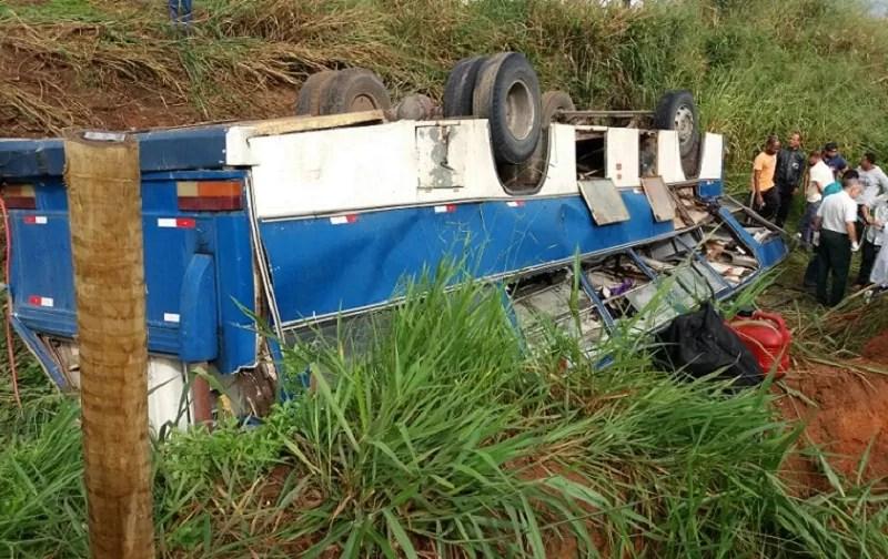 Video: Ônibus que transportava cortadores de cana tomba na BA 693