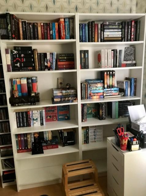 deels gevulde boekenkast na het behangen