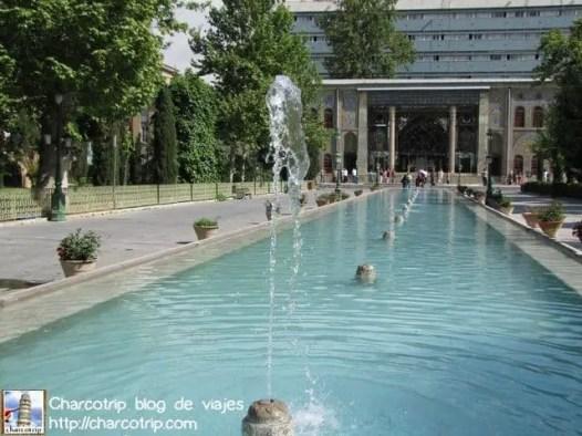 Una gran fuente nos recibe en el Palacio Golestan