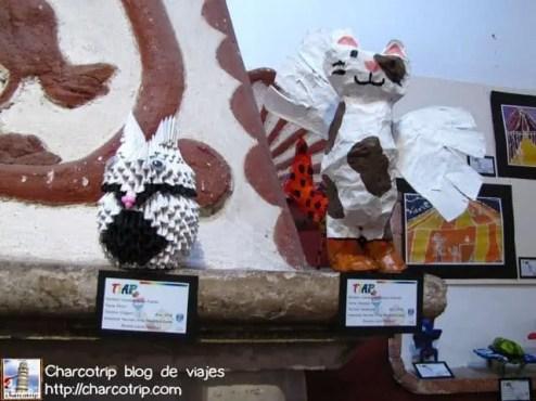 En la recepcion tenian una expo temporal de figuras hechas por niños, al menos a esas si les pude tomar foto :D