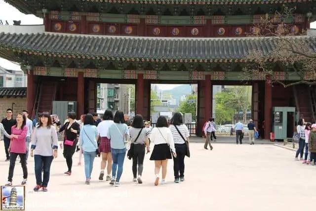 Chiquillas en Changdeokgung, si, esas 6 chiquillas que se ven caminando son las que me pidieron la foto.