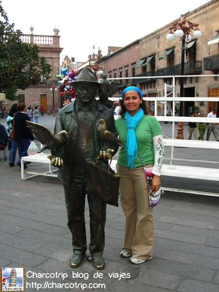 Posando con la estatua