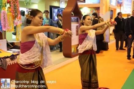 Baile típico en el stand de no recuerdo si era Indonesia o Tailandia