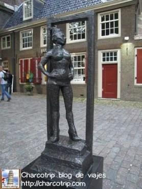 La estatua Belle te da la bienvenida al barrio rojo