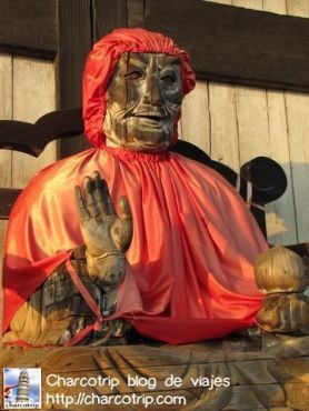 Justo al salir se ve esta estatua de madera