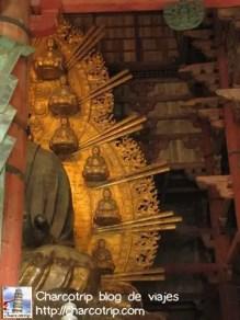 Detalle de los minibudas que rodean a la gran estatua
