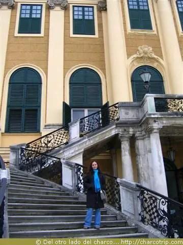 En las escaleras exteriores