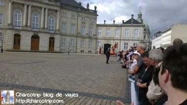 Y aquí estaba la demas gente, al igual que nosotros, esperando pacientemente a que llegaran los guardias.