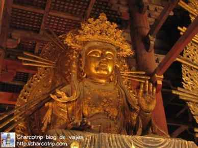 Estatua al costado del Buda