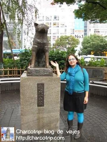 Con la estatua