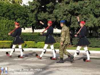 Y aqui se van felices los guardias que terminaron con su tarea