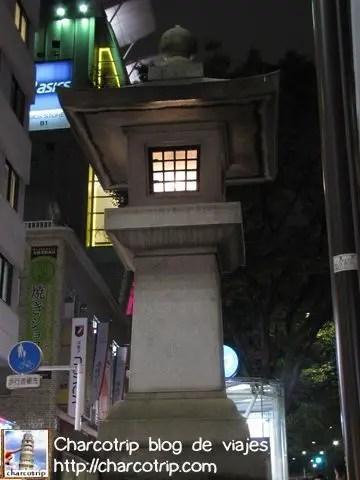 Esta linterna, me llamo la atención, en medio de un barrio que es toda modernidad esta ahi para recordarnos el antiguo Japón