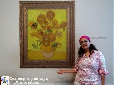 Ponen el cuadro de los girasoles (una replica pegada al muro) para que los visitantes se tomen foto con ella... me gusto la idea!