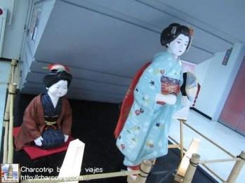 En el camino te encuentras con unas geishas