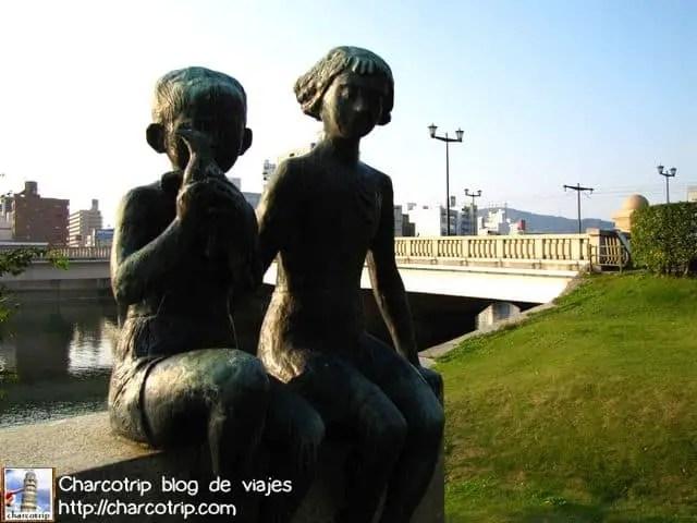 Estatua conmemorativa por los niños que murieron
