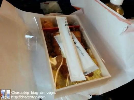 La cajita viene con todo lo que necesitas, palillos, servilletas y claro esta la comidita :D delicioso