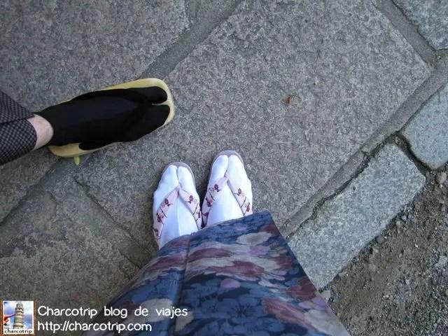 Pies con sandalias, listos para la caminata...