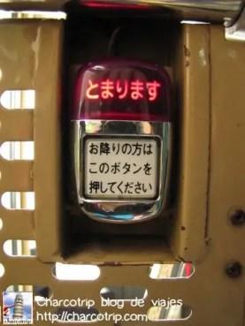 si te quieres bajar, este es el botón que deberás aplastar :D si ya esta iluminado quiere decir que se parara en la próxima parada