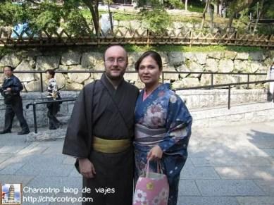 Como pudimos nos tomamos una foto los dos... pero chequen el señor de atrás se ve medio boquiabierto XD esa era la reacción que veíamos en algunos japoneses hahaha