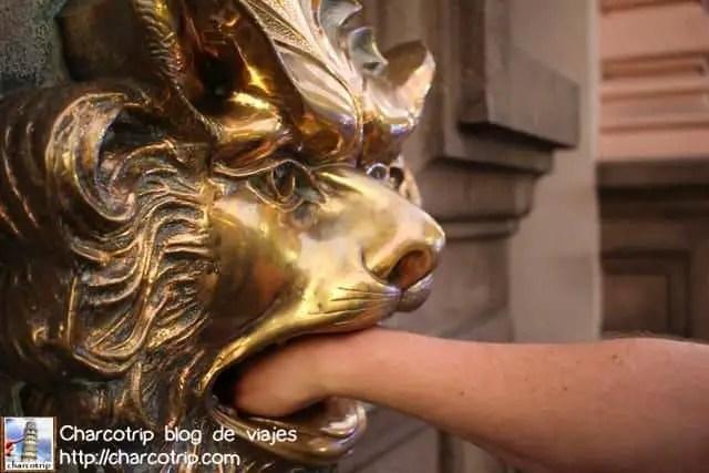 leon-comiendo-mano-lima