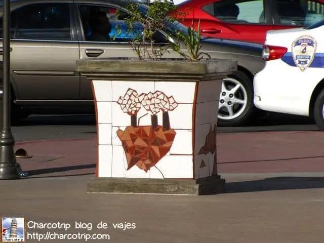 Este mosaico representa a las maquiladoras... las cuales para mal o para bien son parte de la ciudad... contaminan pero dan trabajo :/ difícil encontrar el balance...