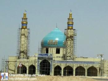Y aqui ya una vez en carretera desertica... otra mezquita en medio de la nada, esta en proceso de construccion