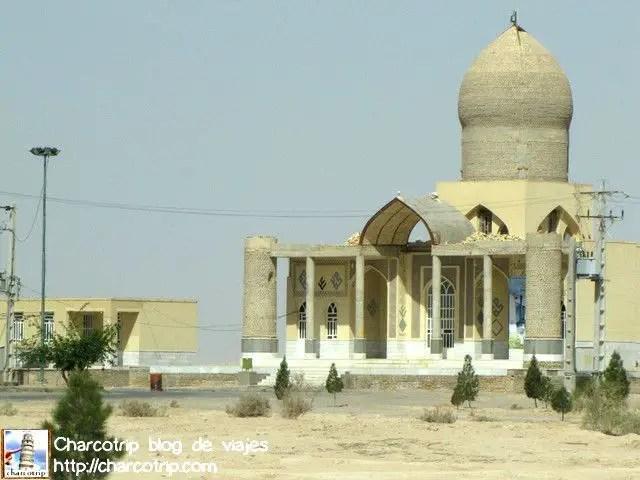 Y en medio del desierto había mezquitas... si, en medio de la nada... y ellas también me recordaban que estaba en otro país