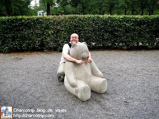Una estatua de un Osito... aquí si que no había nadie :D