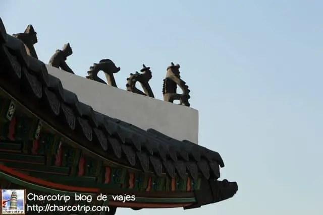 Las figuras de siempre en un palacio coreano