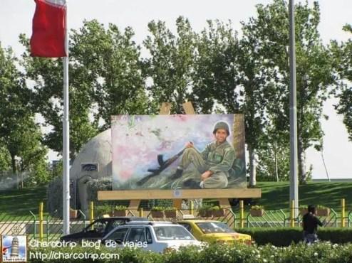 Estas imágenes rodeaban la plaza, soldados en poses pacificas y relajadas.
