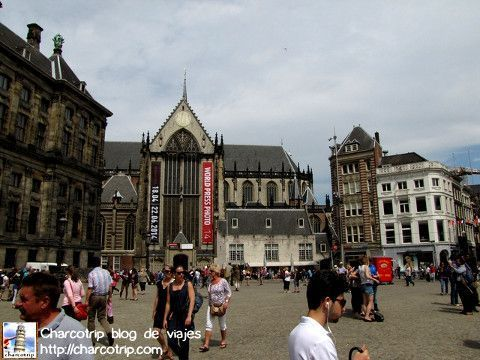Mucha gente visitando la plaza