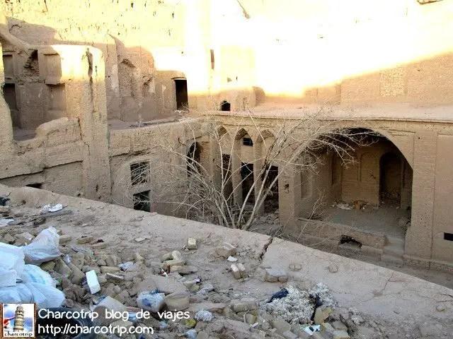 A pesar de estar en ruinas, al tener el color tierra que reinaba en la ciudad no era chocante verlo.